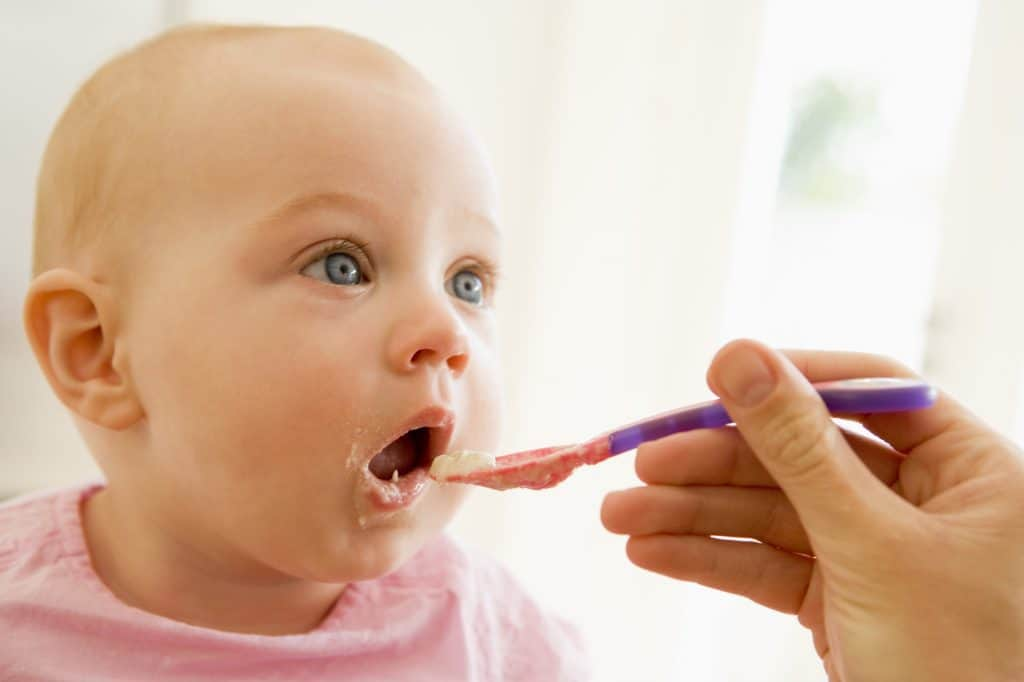 Ultimiate guide of introducing solid food to baby