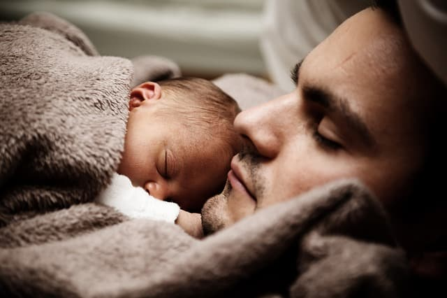 Babies should not sleep directly in the bed with parents (Source: Pixabay)